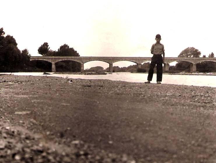 Martí Massot, delante del puente de Torroella años antes de su destrucción. Archivo familiar