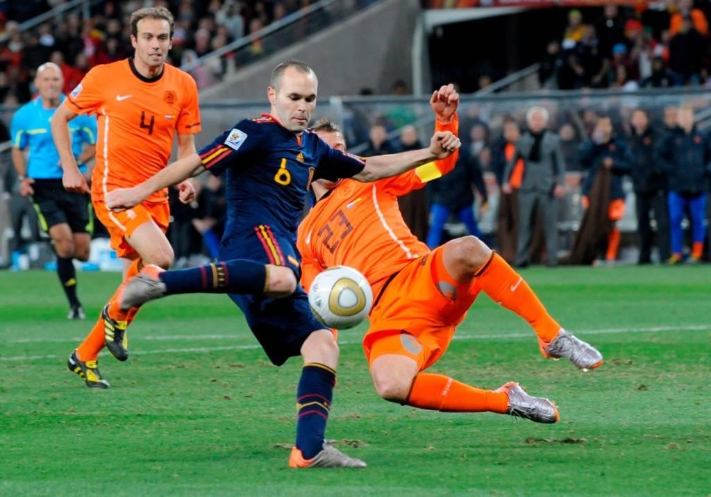A. Iniesta se dispone a chutar para marcar el gol que le daría a España su primer mundial. Fue el mundial de 2010