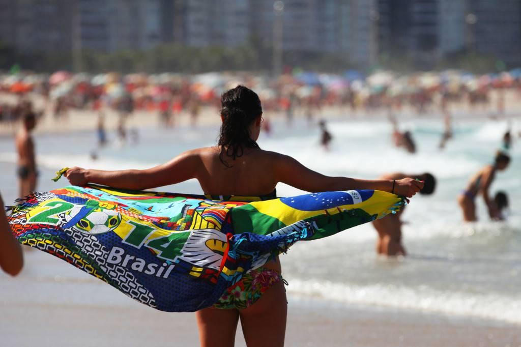 Una bañista sujeta un pareo de Brasil en Copacabana. / Lorena P. Durany