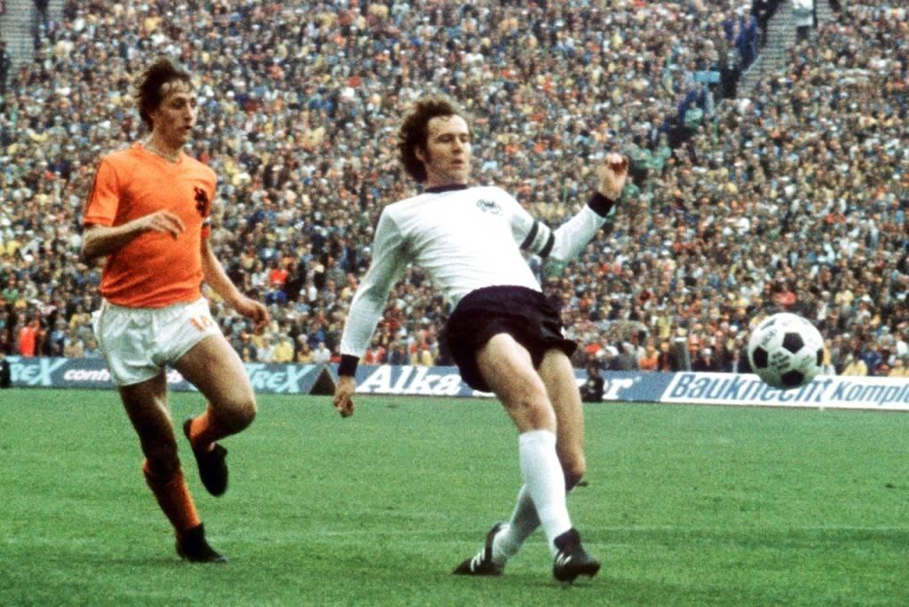 Beckenbauer corta una bola en la final del Mundial'74 ante Cruyff.