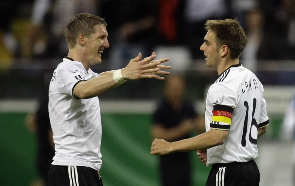 Schweinsteiger y Lahm celebran un gol.