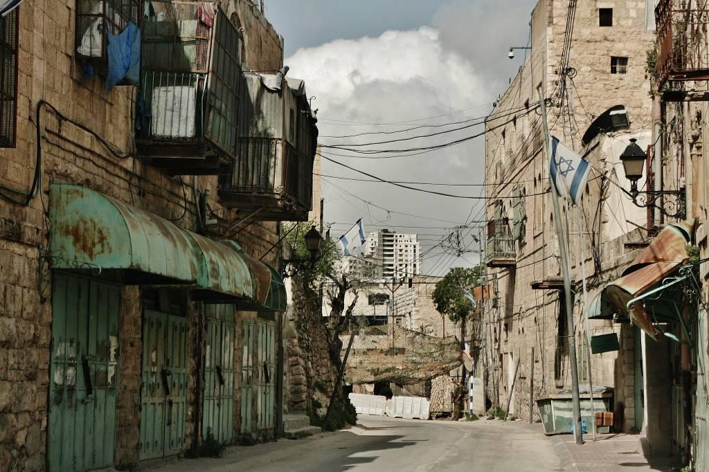 Al-Shuhada, a 200 metros del mercado, presenta un aspecto desolador desde hace 14 años / JAVIER BERNATAS GARAU