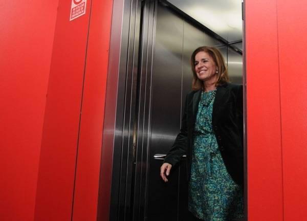 Ana Botella entrando en un ascensor mientras hace el moonwakl