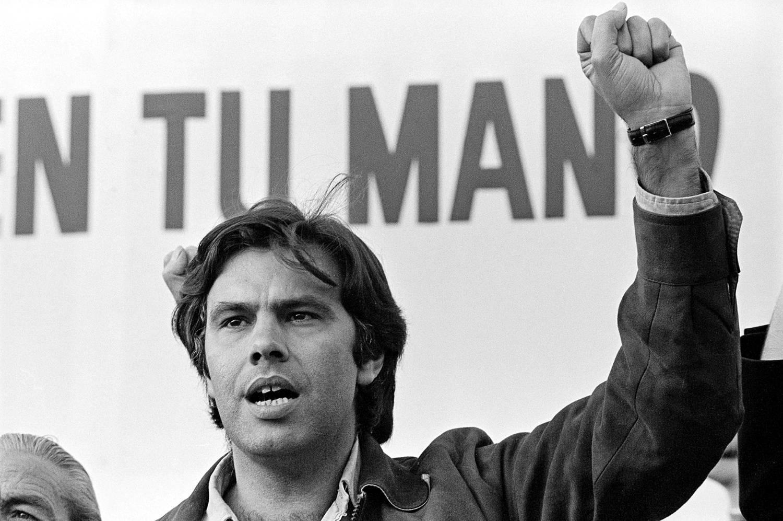 Felipe-Gonzalez-levantando-el-puno-en-un-mitin-de-1977
