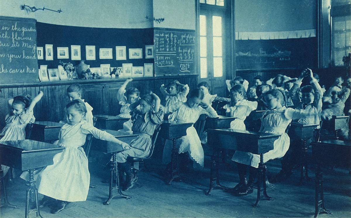 1200px-Frances_Benjamin_Johnston,_Schoolgirls_doing_calisthenics,_ca._1899