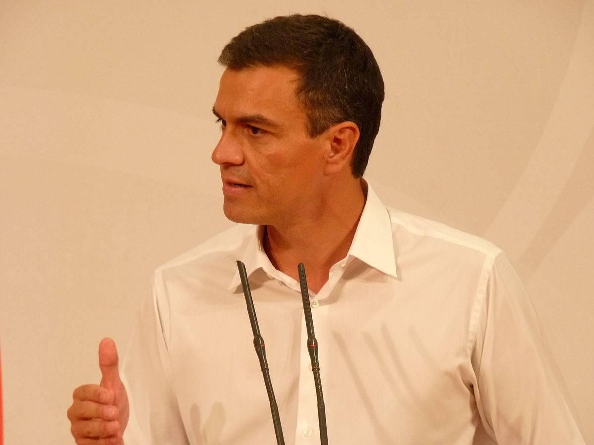 1200px-Pedro_Sánchez_en_Mérida