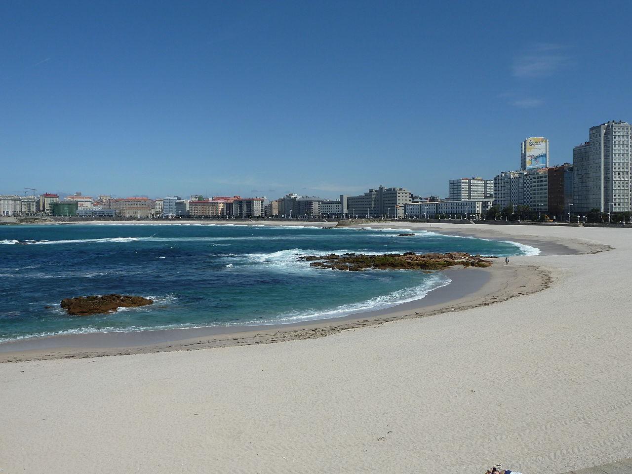 1280px-P1120846_praia_de_Riazor-2012