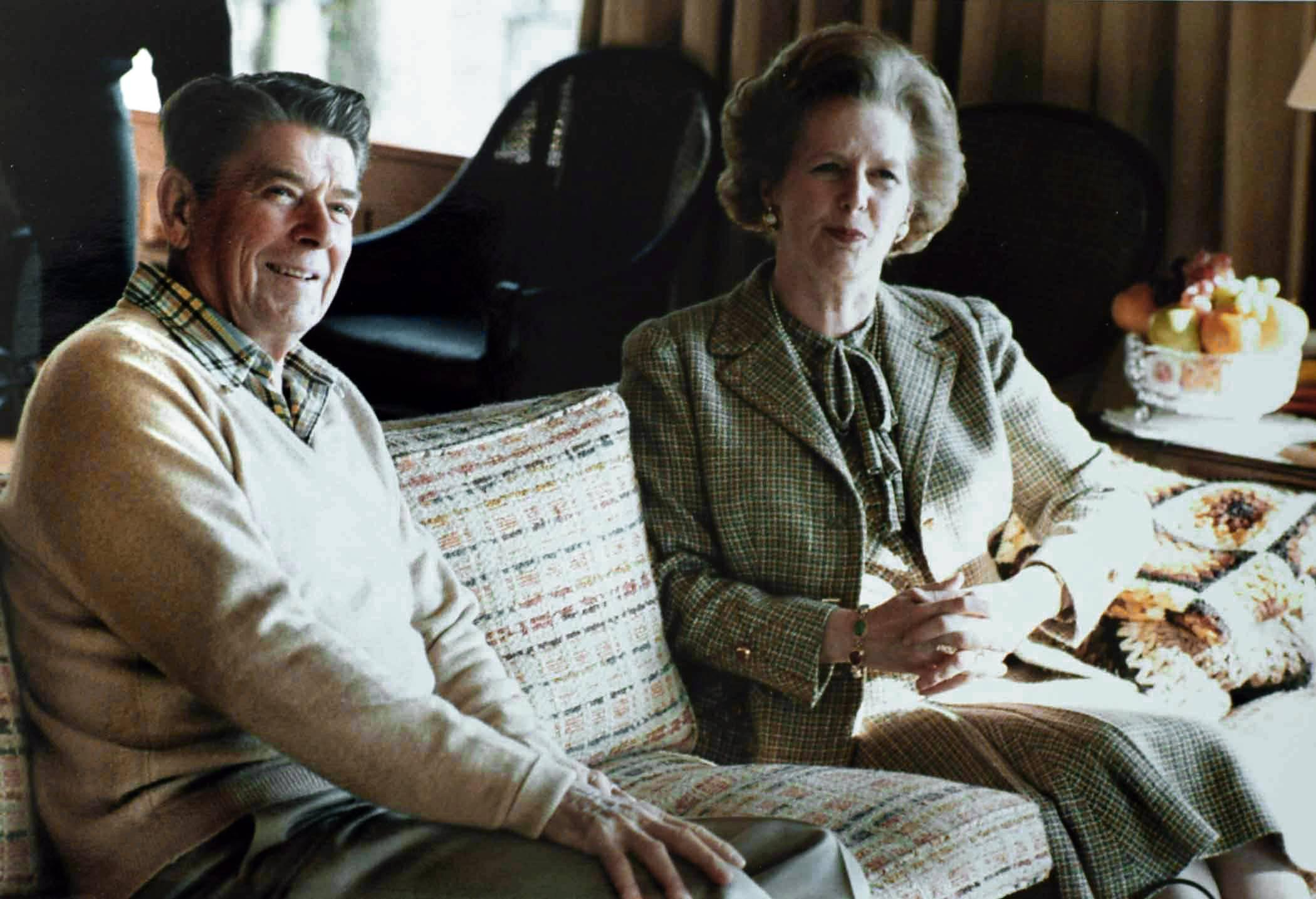 Thatcher_Reagan_Camp_David_sofa_1984
