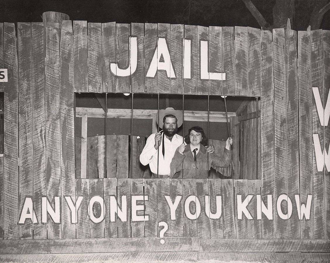 1129px-Students_in_a_mock_-jail_cell-_at_the_University_of_Houston's_Frontier_Fiesta_(1950s)