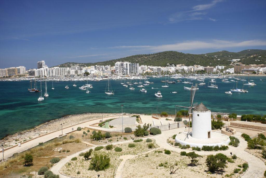 ¿Será ilegal beber agua, zumos y refrescos por las calles de Ibiza?