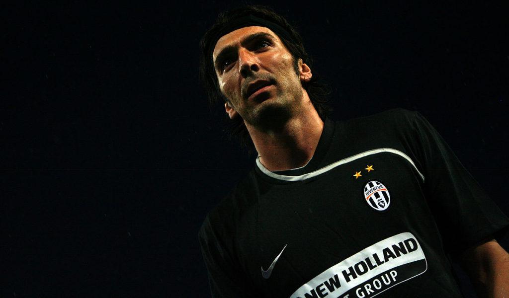 Gianluigi Buffon se encoge de hombros