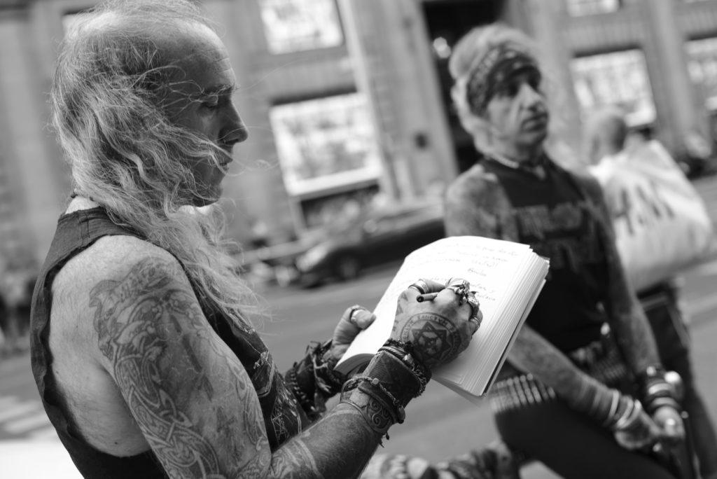 """Hermanos Alcázar: """"La gente necesita rellenar su vacío existencial con figurones absurdos"""""""