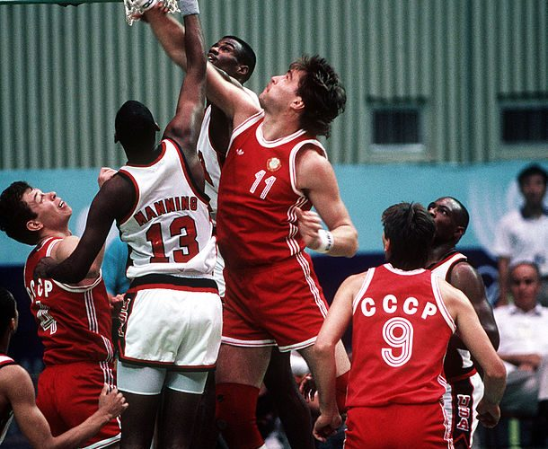 610px-Basketball_at_the_1988_Summer_Olympics_-_URS_vs._USA