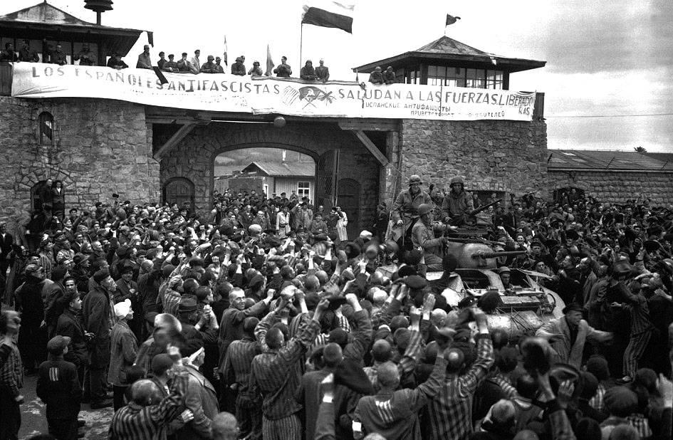 Los deportados españoles saludan a los soldados estadounidenses en Mauthaussen.