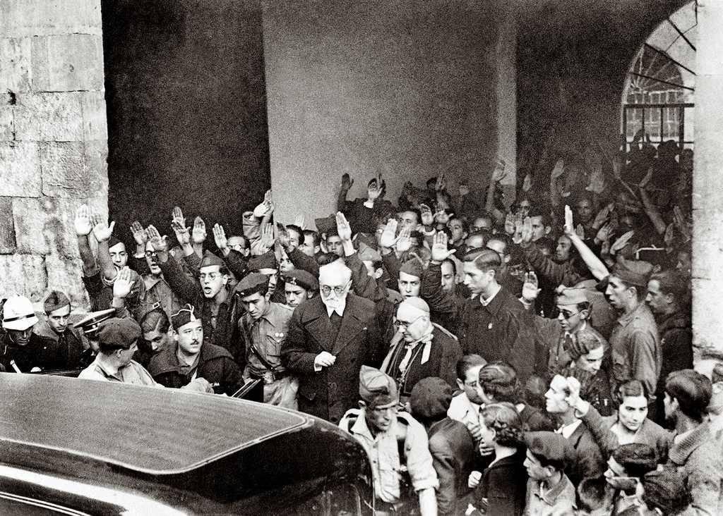 Unamuno saliendo abucheado, bajo consignas fascistas e intimidatorias, de la Universidad de Salamanca.