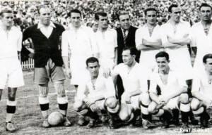 La alineación blanca que alzó el trofeo. Fue su séptima Copa.