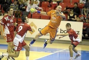 Demetrio lanzando a porteria en un partido con su actual equipo, el BM Aragón.  Fuente: www.heraldo.es