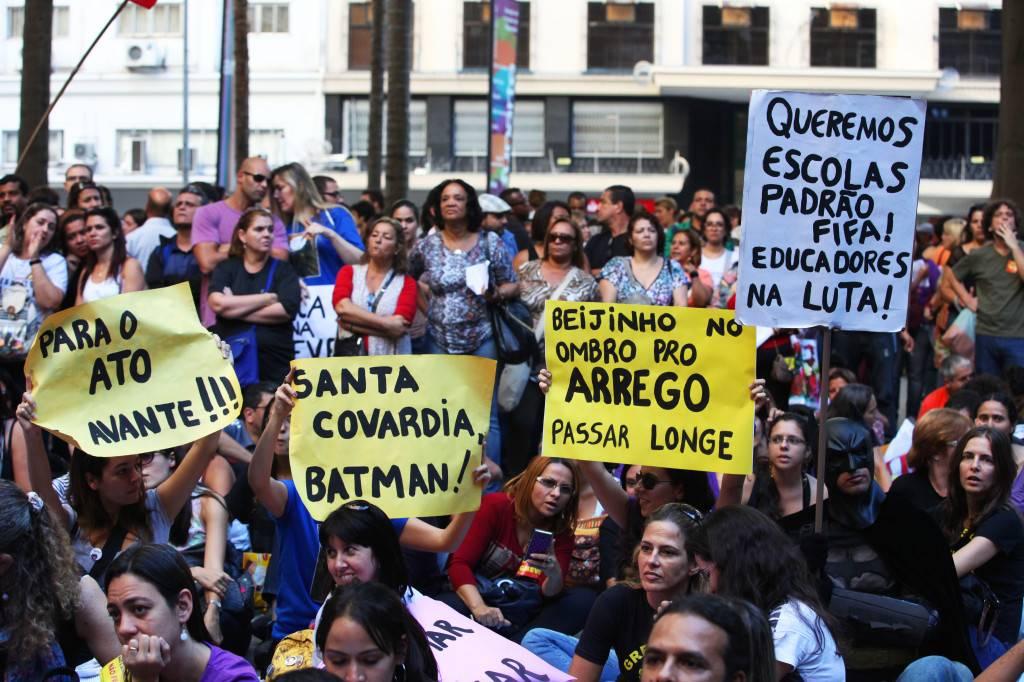 """""""FIFA: queremos escuelas"""", se lee en las pancartas de los profesores en huelga. / Lorena P. Durany"""