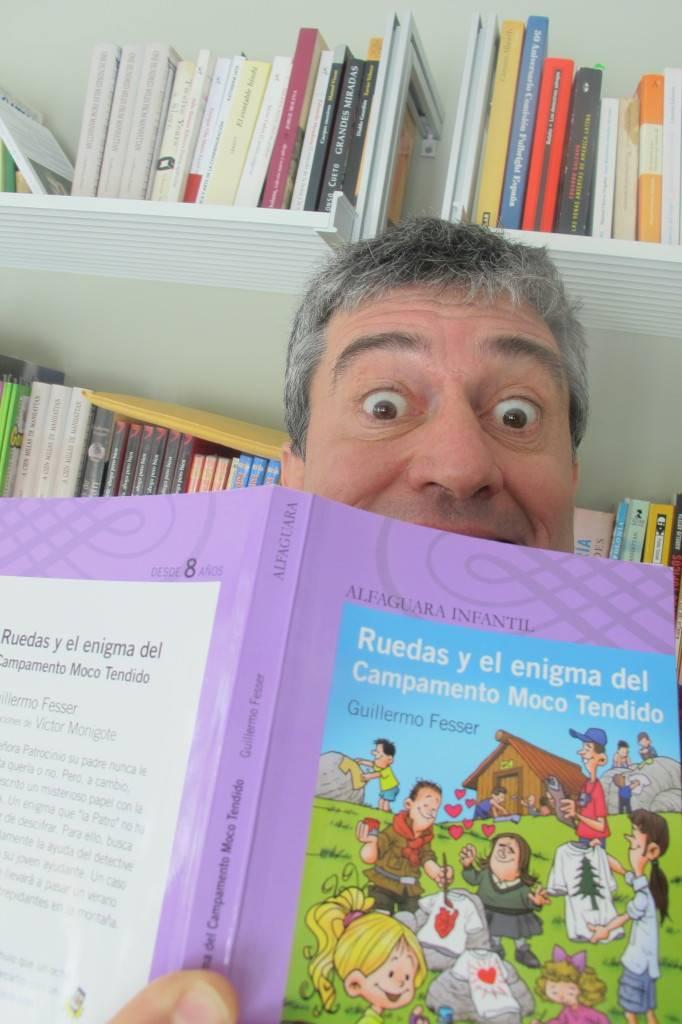 El escritor, periodista y cineasta con su último libro, la novela infantil 'Ruedas'.