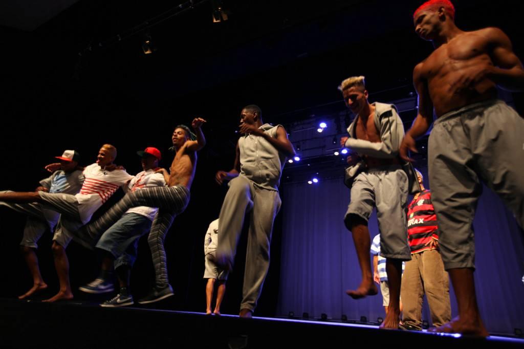 La creatividad del 'favelista' se aprecia en el último espectáculo teatral de Ludemir: predominan música y baile. / L. P. Durany