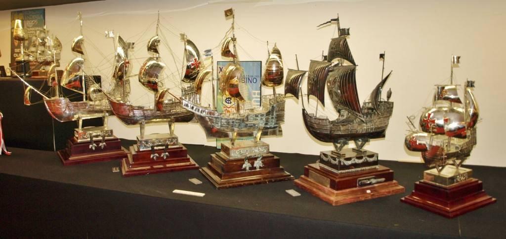 Pesados y gigantescos, los trofeos de verano españoles tienen esencia propia. Como la carabela del Colombino.