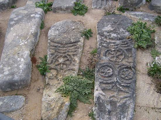 """Un par de tumbas de las miles que hay en el cementerio viejo o """"de Castilla"""""""