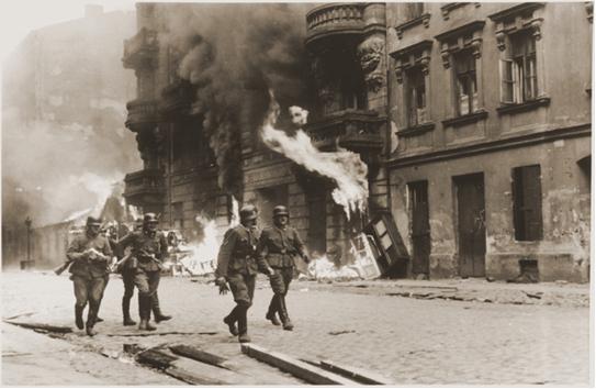 Soldados nazis durante la destrucción del guetto de Varsovia