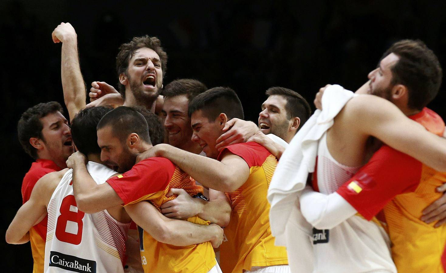 Spain's Paul Gasol (C) and team mates celebrate victory over Greece at the end of their EuroBasket 2015 quarter-final game at the Pierre Mauroy stadium in Villeneuve d'Ascq, near Lille, France, September 15, 2015. REUTERS/Benoit Tessier