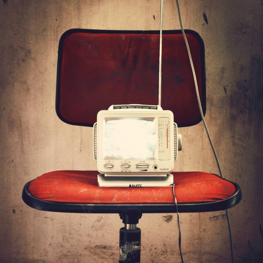Silla roja vintage y televisión