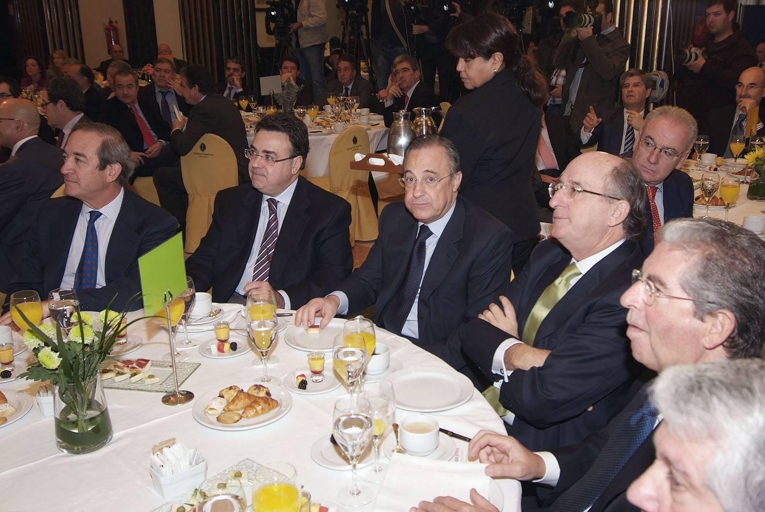 El_president_d'ACS,_Florentino_Pérez,_escolta_Artur_Mas_a_l'esmorzar_col·loqui_d'Europa_Press_a_Madrid