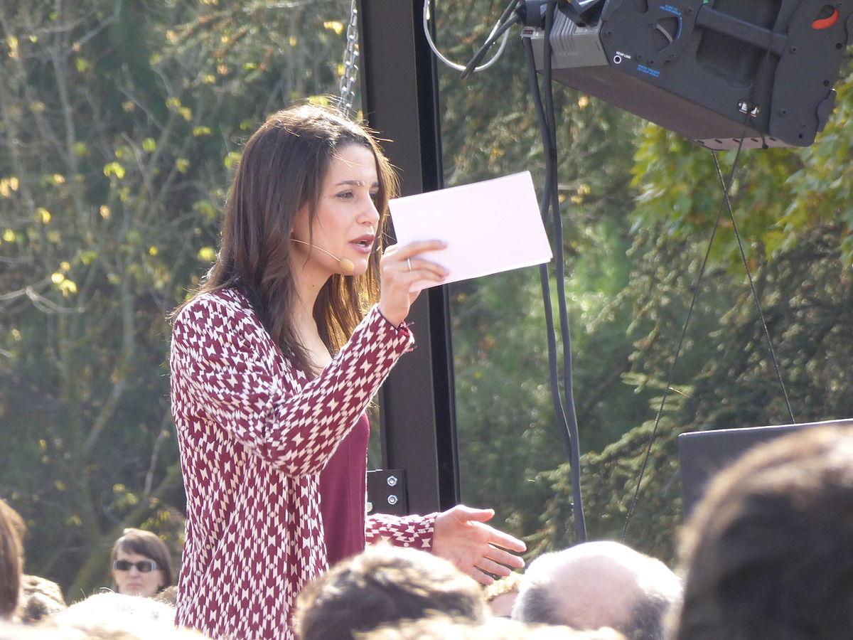 1200px-Acto_preelectoral_de_Ciudadanos,_en_Madrid,_con_Inés_Arrimadas_hablando_el_25_de_octubre_de_2015 (1)